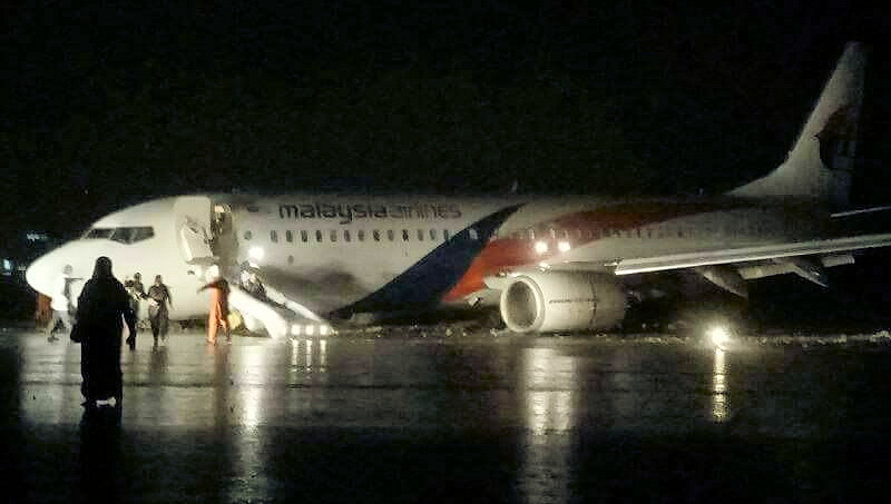 9M-MXX 737-800 Malaysian Airlines runway excursion