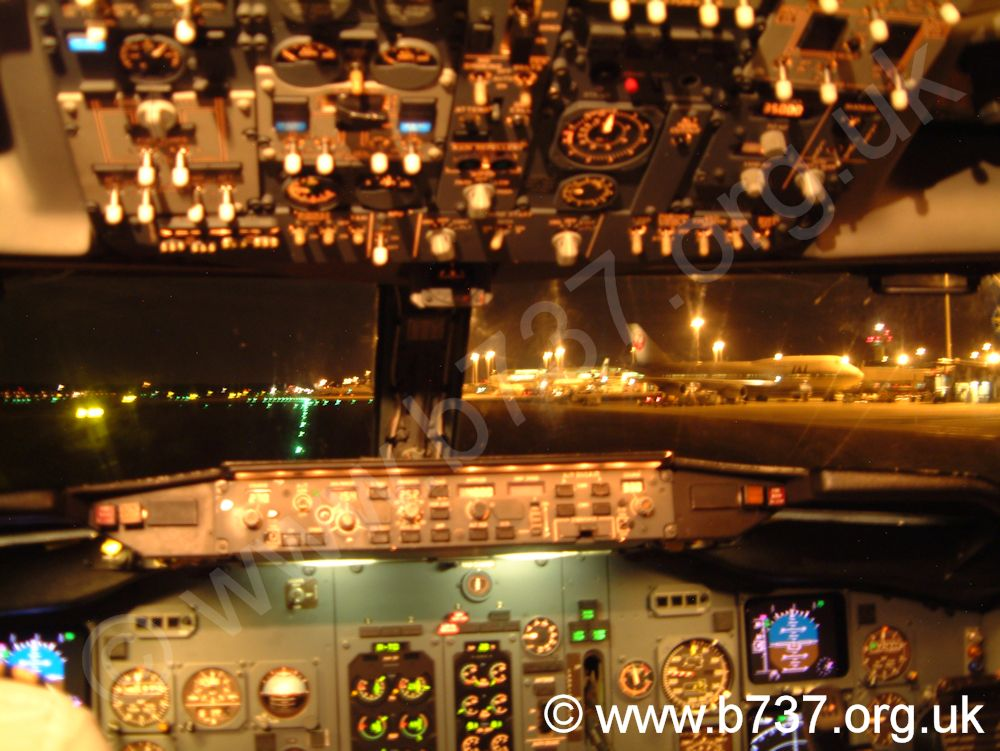 737-300 Night Flightdeck